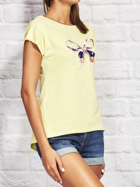 Żółty t-shirt z kolorowym motylem                              zdj.                              3