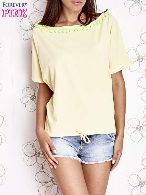 Żółty t-shirt z kolorowymi pomponikami przy dekolcie                                  zdj.                                  1