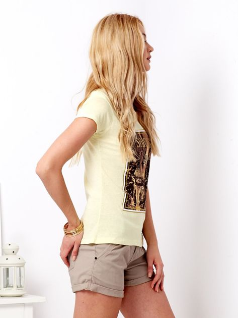 Żółty t-shirt z motywem buta                              zdj.                              3
