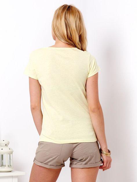 Żółty t-shirt z motywem buta                              zdj.                              2