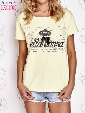 Żółty t-shirt z ozdobnym napisem i kokardą                                  zdj.                                  1