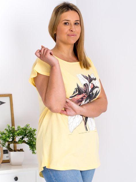 Żółty t-shirt z roślinnym motywem PLUS SIZE                              zdj.                              3