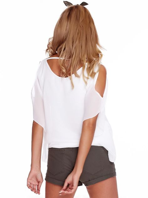 Zwiewna biała bluzka z rozcięciami na rękawach                              zdj.                              2