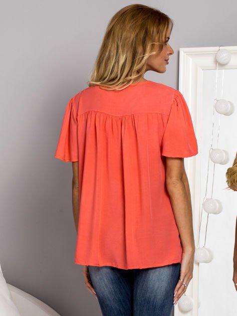 Zwiewna bluzka z cekinowym dekoltem koralowa                              zdj.                              2