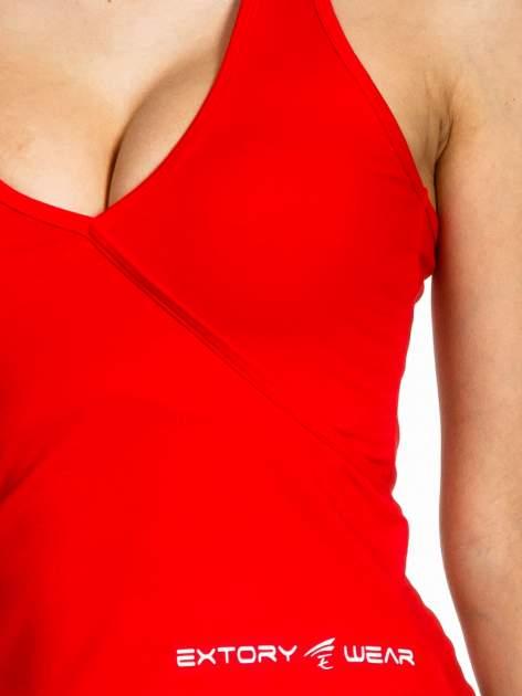 czerwony top sportowy z ramiączkami łączącym się na szyi                                  zdj.                                  5
