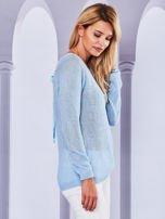 Ażurowy sweter z kokardą na plecach jasnoniebieska                                  zdj.                                  3