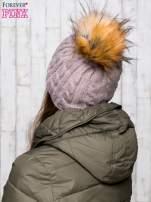 Beżowa czapka z warkoczowym splotem i futrzanym pomponem                                  zdj.                                  3