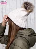 Beżowa czapka ze srebrną nitką i futrzanym pomponem                                  zdj.                                  2