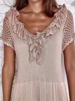 Beżowa dzianinowa sukienka z żabotem i ażurowymi rękawami                                  zdj.                                  6