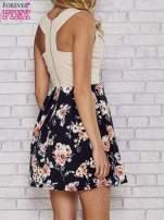 Beżowa sukienka skater z kwiatowym dołem