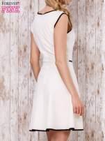 Beżowa sukienka skater z satynową lamówką                                                                          zdj.                                                                         4