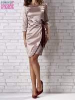 Beżowa sukienka z bordową kokardą                                   zdj.                                  1