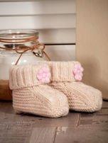 Beżowe dziergane buciki dziewczęce z kwiatuszkami i perełkami                                  zdj.                                  3