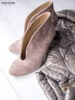 Beżowe zamszowe botki faux suede Vicky na szpilce z głębokim wycięciem                                  zdj.                                  2