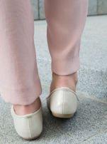 Beżowo-perłowe tłoczone baleriny Monnari z ozdobną złotą przypinką                                  zdj.                                  4