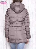 Beżowy pikowany płaszcz ze złotymi suwakami                                                                          zdj.                                                                         4