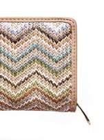 Beżowy pleciony portfel w jasne geometryczne wzory