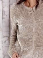 Beżowy puszysty sweter zapinany na suwak                                  zdj.                                  6