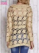 Beżowy sweter z wiązaniem w pasie                                  zdj.                                  4