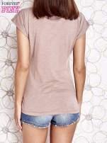 Beżowy t-shirt z nadrukiem znaku zapytania                                                                          zdj.                                                                         4