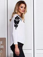 Biała bluzka z haftem na ramionach                                  zdj.                                  3
