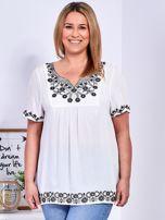 Biała bluzka z haftowanym wykończeniem PLUS SIZE                                  zdj.                                  1