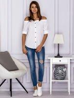Biała bluzka z ozdobnymi guzikami                                  zdj.                                  4