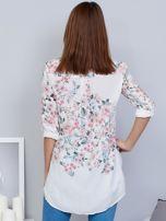 Biała koszula w kwiaty z dłuższym tyłem                                  zdj.                                  2