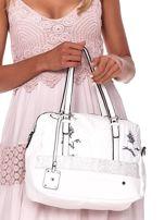 Biała owalna torebka z karbowaną wstawką w kwiaty                                  zdj.                                  2