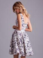 Biała rozkloszowana sukienka we wzory                                  zdj.                                  2