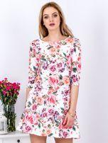 Biała sukienka w kolorowe kwiaty z gumką w pasie                                  zdj.                                  1