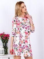 Biała sukienka w kolorowe kwiaty z gumką w pasie                                  zdj.                                  3