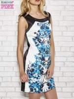 Biała sukienka z niebieskim nadrukiem kwiatowym z dżetami                                                                          zdj.                                                                         3