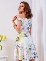 Biała sukienka z odkrytymi ramionami w kwiaty                                  zdj.                                  2