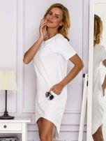 Biała sukienka z ozdobną kieszonką                                  zdj.                                  5