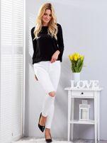 Białe dopasowane spodnie jeansowe z rozdarciami                                  zdj.                                  4