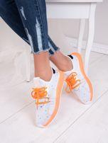 Białe dzianinowe buty sportowe z neopomarańczowymi elementami                                  zdj.                                  2