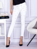 Białe jeansowe spodnie rurki z perełkami                                  zdj.                                  1