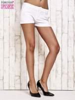 Białe materiałowe szorty z podwijaną nogawką                                  zdj.                                  3