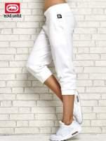 Białe spodnie capri z troczkiem