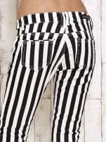 Białe spodnie rurki w czarne pionowe pasy                                  zdj.                                  6