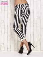 Białe spodnie rurki w czarne pionowe pasy                                  zdj.                                  2