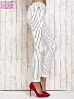 Białe spodnie rurki w paski                                  zdj.                                  3