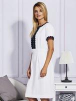 Biało-granatowa sukienka z ozdobnym wykończeniem                                  zdj.                                  5