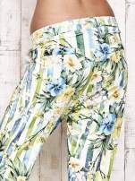 Biało-niebieskie lejące spodnie z kolorowymi paskami                                  zdj.                                  7