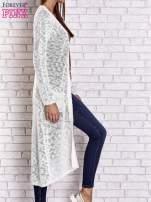 Biały ażurowany sweter z kieszeniami                                  zdj.                                  4