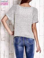 Biały ażurowy sweter z metaliczną nicią