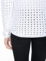 Biały dziergany sweter z ozdobnymi oczkami                                                                          zdj.                                                                         6