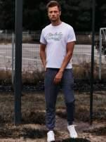 Biały t-shirt męski z napisami i liczbą 83