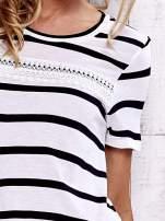 Biały t-shirt w paski z koronkową wstawką